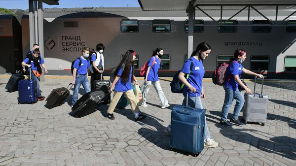 Дети у поезда Таврия на железнодорожном вокзале Симферополя, перед отправкой на отдых в Международный детский центр Артек