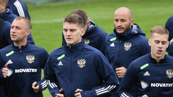 Футболисты сборной России Дмитрий Баринов, Игорь Дивеев и Даниил Фомин (слева направо)