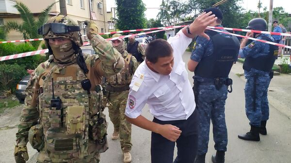 Сотрудники правоохранительных органов на месте убийства судебных приставов в Адлере