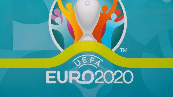 Логотип UEFA EURO 2020 в футбольной деревне фестиваля в Санкт-Петербурге