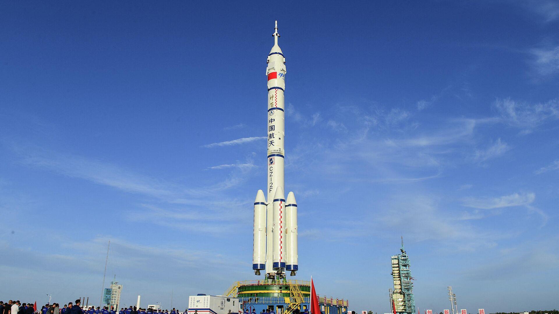 Пилотируемый космический корабль Шэньчжоу-12 и ракета-носитель Чанчжэн-2F на космодроме Цзюцюань - РИА Новости, 1920, 11.06.2021