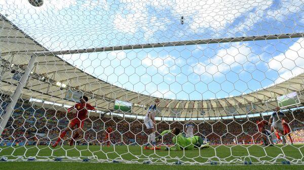 Игрок сборной Бельгии Дивок Ориджи забивает гол в ворота сборной России в матче группового этапа чемпионата мира по футболу 2014 между сборными командами Бельгии и России.