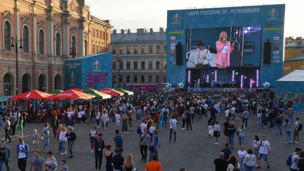 Посетители на открытии фан-зоны чемпионата Европы по футболу 2020 на Конюшенной площади