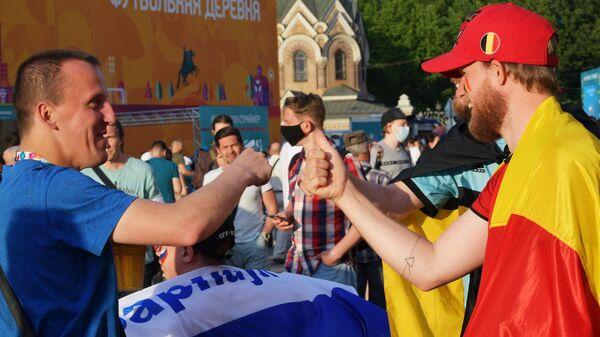 Болельщик сборной России и сборной Бельгии (справа)