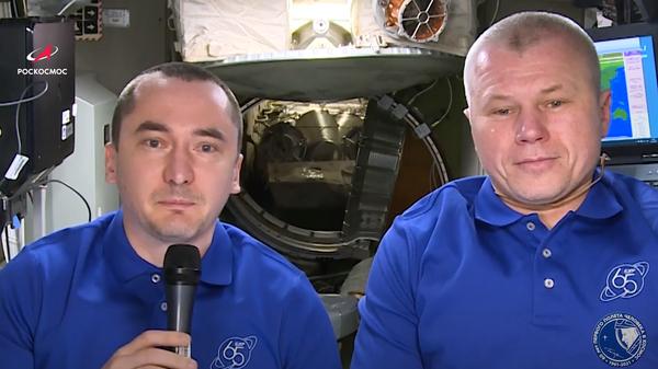 Российские космонавты Олег Новицкий и Петр Дубров поздравляют россиян с Днем России с борта МКС