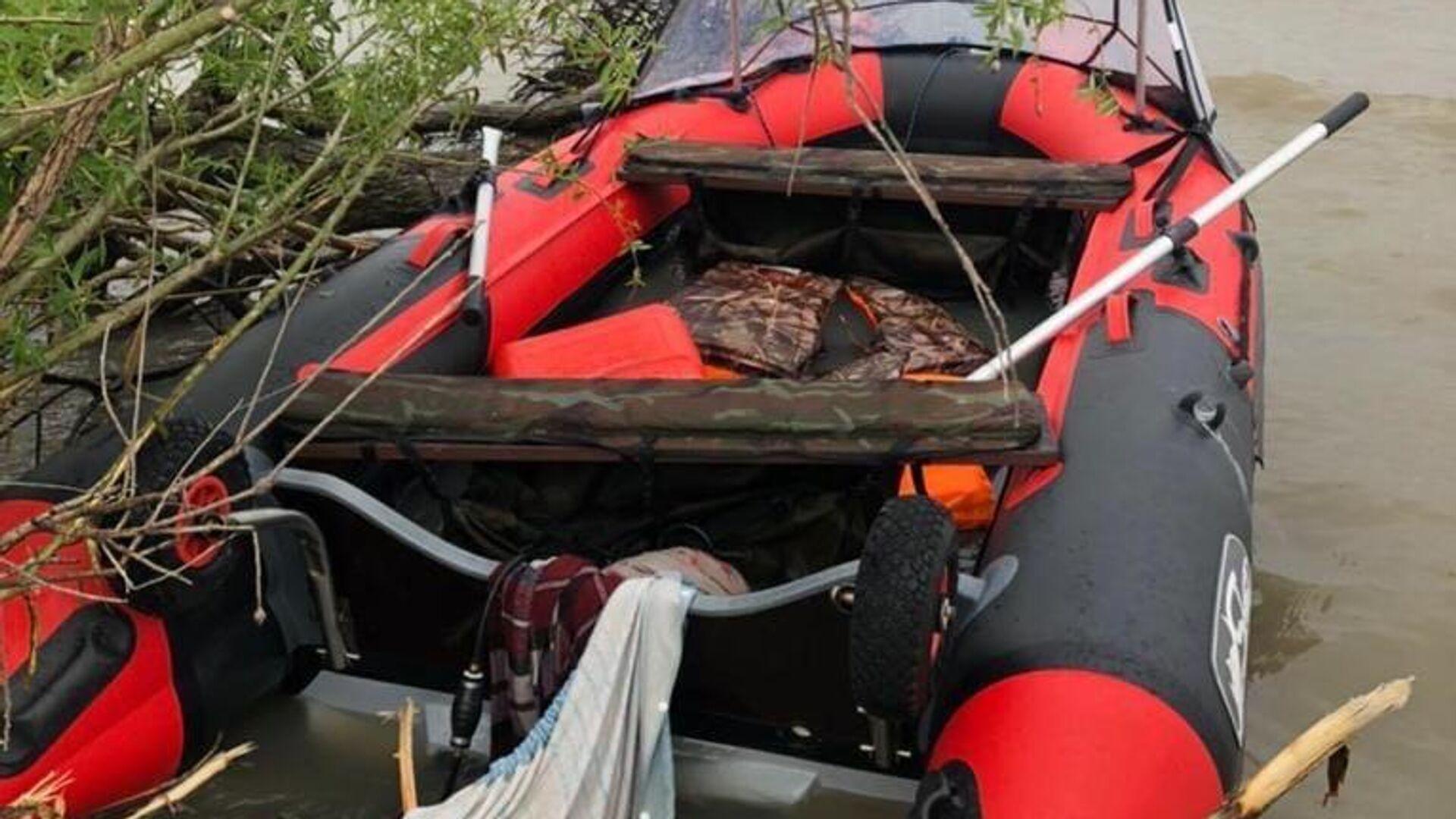 10 июня 2021 года семья из трех человек, включая 3-летнего ребенка  вышла на надувной лодке с мотором  в  акваторию озера Ханка в районе  села  Камень Рыболов Ханкайского района - РИА Новости, 1920, 12.06.2021