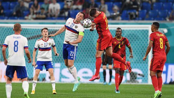 Игрок сборной России Артём Дзюба и игрок сборной Бельгии Леандер Дендонкер (в центре слева направо) в матче 1-го тура группового этапа чемпионата Европы по футболу 2020 между сборными Бельгии и России.