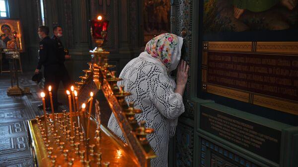 Верующая на Божественной литургии в Главном Храме Вооруженных Сил РФ