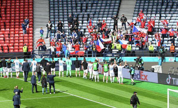 Футболисты сборной Чехии благодарят болельщиков за поддержку