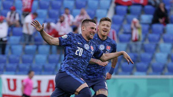 Полузащитник сборной Словакии Роберт Мак радуется забитому мячу