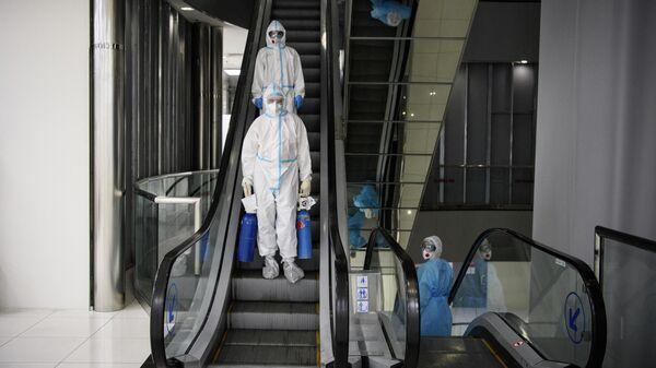 Медицинские работники в резервном госпитале для лечения больных коронавирусом в АТЦ Москва