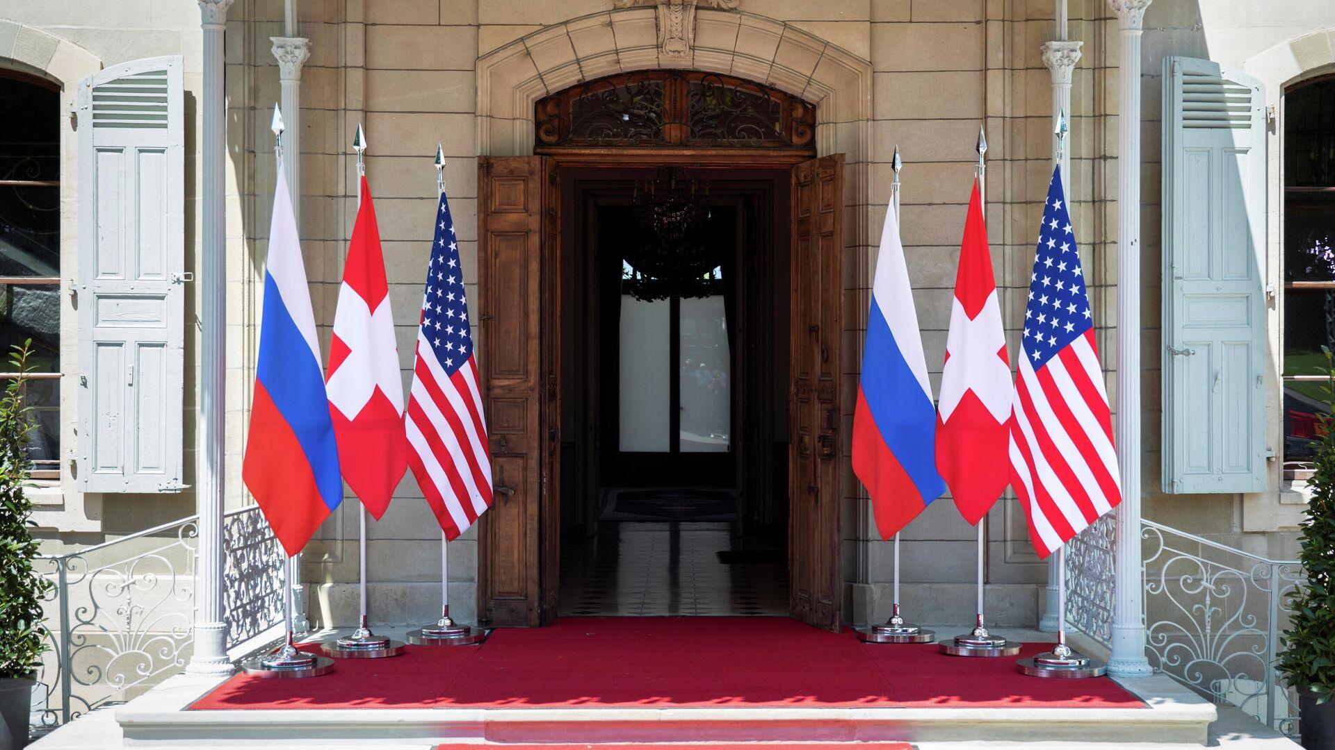 Флаги России, США и Швейцарии перед входом на виллу Ла Гранж в Женеве, Швейцария - РИА Новости, 1920, 15.06.2021