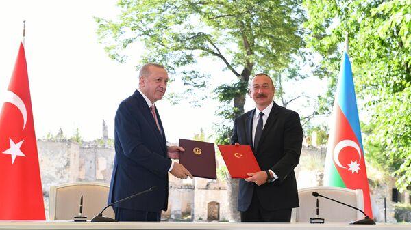 Президент Турции Реджеп Тайип Эрдоган (слева) и президент Азербайджана Ильхам Алиев