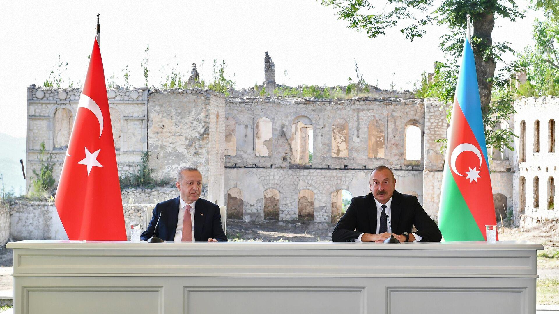 Президент Турции Реджеп Тайип Эрдоган и президент Азербайджана Ильхам Алиев на церемонии подписания декларации о союзнических соглашениях во время встречи в Баку - РИА Новости, 1920, 15.06.2021