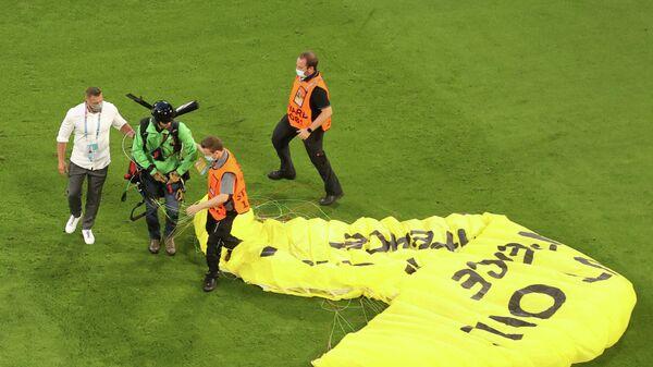 Парапланерист приземлился на поле перед началом матча ЕВРО-2020 Франция - Германия