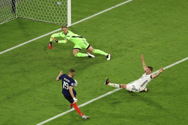 Нападающий сборной Франции Карим Бензема, вратарь сборной Германии Мануэль Нойер и полузащитник сборной Германии Робин Госенс (слева направо)