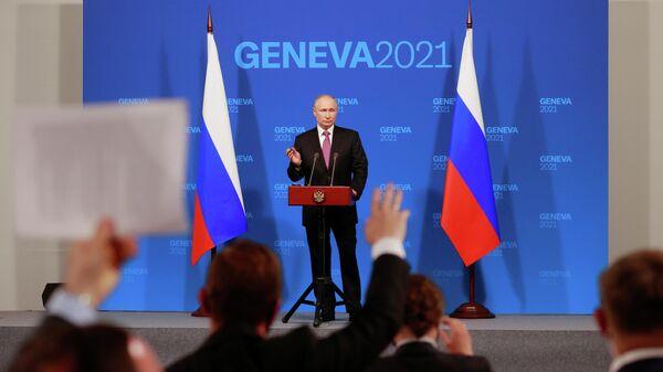 Президент России Владимир Путин во время пресс-конференции по итогам встречи с президентом США Джо Байденом