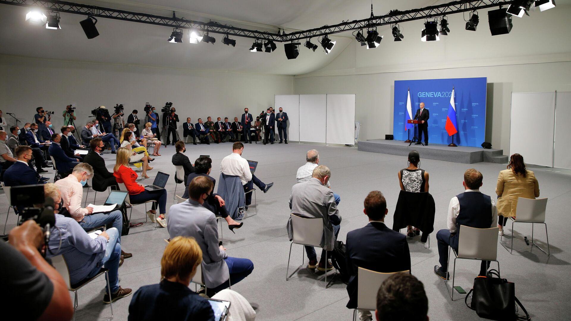 Президент России Владимир Путин на пресс-конференции по итогам переговоров с президентом США Джо Байденом в Женеве - РИА Новости, 1920, 16.06.2021