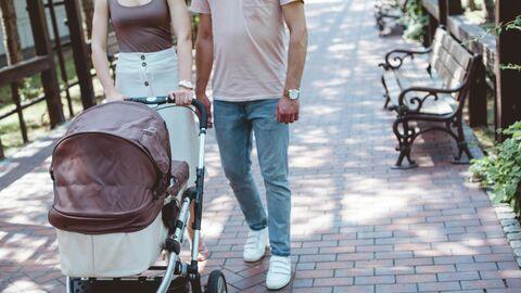 Семейная пара с коляской