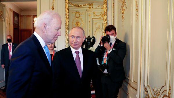 Президент РФ Владимир Путин и президент США Джо Байден перед началом российско-американских переговоров на вилле Ла Гранж в Женеве
