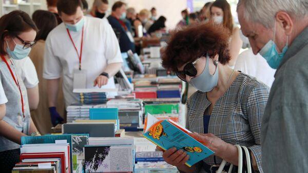 Посетители книжного фестиваля Красная площадь в Москве