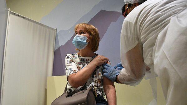 Женщина вакцинируется от COVID-19 препаратом ЭпиВакКорона в ТРЦ Океания