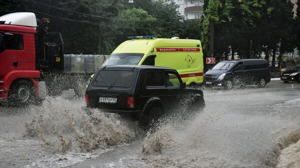 Автомобильное движение на одной из улиц Ялты. В Крыму прошли сильные дожди, вызвавшие подтопления