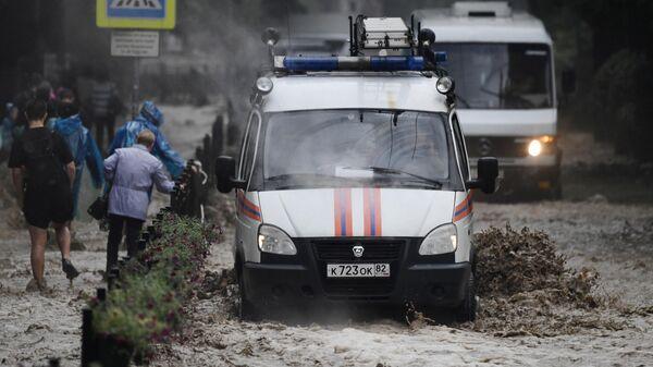 Автомобили на затопленной улице Ялты