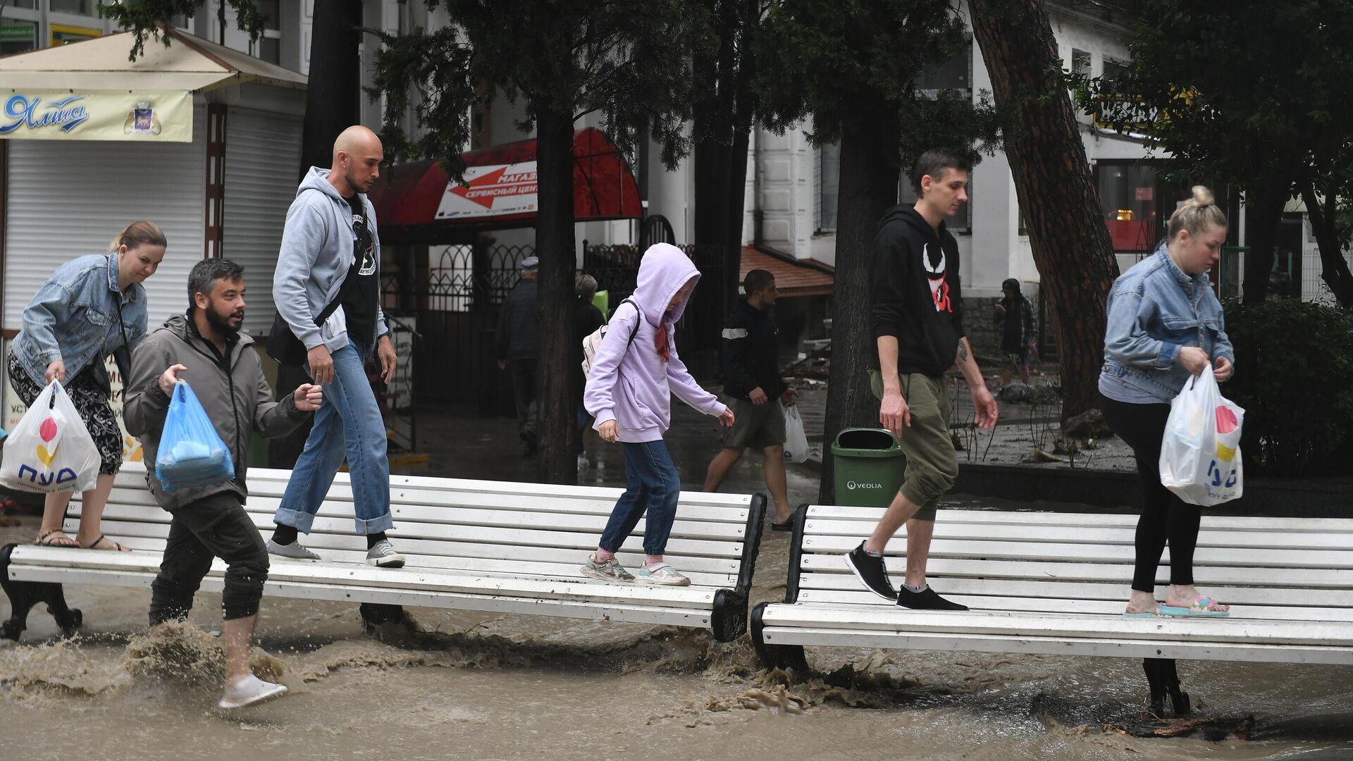 Люди на затопленной улице в Ялте - РИА Новости, 1920, 18.06.2021
