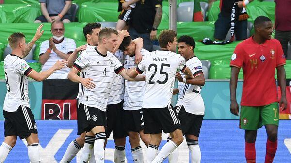 Футболисты сборной Германии радуются забитому мячу в ворота португальцев