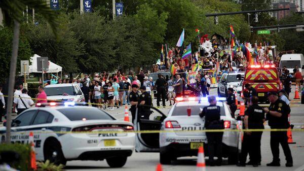 Сотрудники полиции на месте наезда пикапа на участников гей-парада в городе Уилтон Мэнорс, США