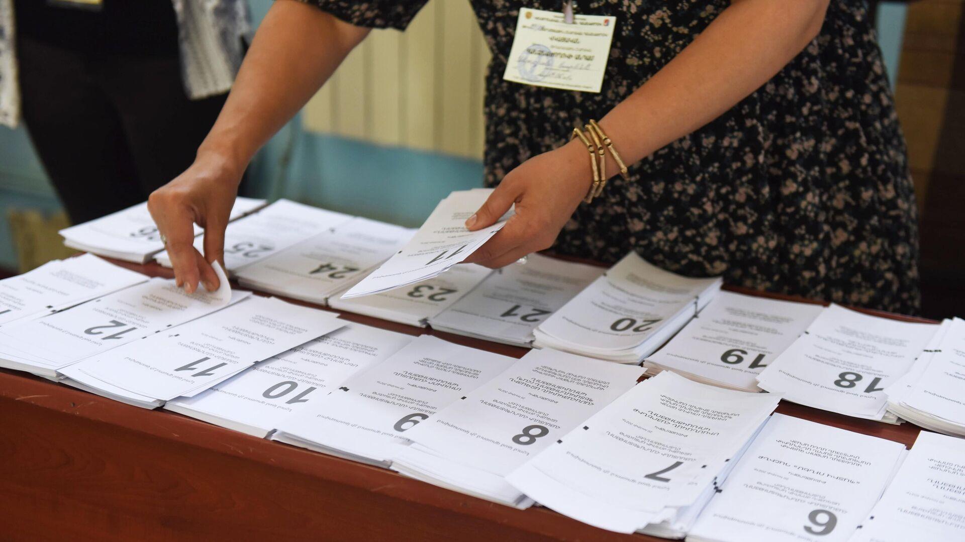Бюллетени в одном из избирательных участков во время досрочных парламентских выборов в Армении - РИА Новости, 1920, 20.06.2021