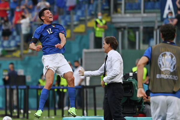 Полузащитник сборной Италии Маттео Пессина и главный тренер Роберто Манчини