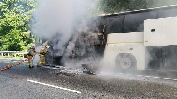 Два автобуса столкнулись на трассе Джубга-Сочи в Туапсинском районе, один из них загорелся