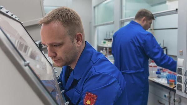 Научный сотрудник НИУ МИЭТ Илья Гаврилин в Лаборатории технологий наноматериалов