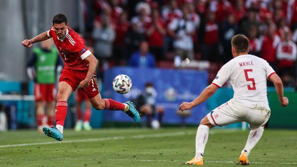 Полузащитник сборной России Магомед Оздоев (слева) и защитник сборной Дании Йоаким Меле