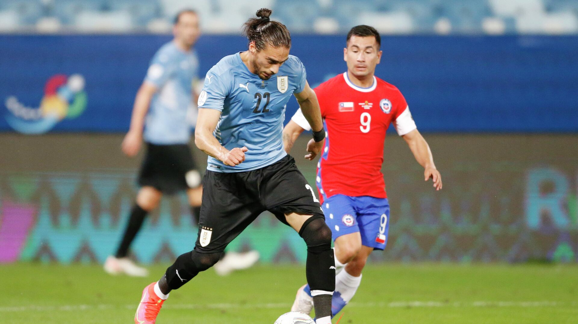 Soccer Football - Copa America 2021 - Group A - Uruguay v Chile - Arena Pantanal, Cuiaba, Brazil - June 21, 2021 Uruguay's Martin Caceres in action with Chile's Jean Meneses REUTERS/Mariana Greif - РИА Новости, 1920, 22.06.2021