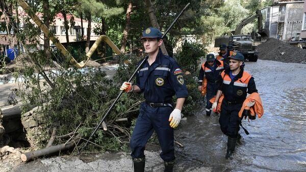 Сотрудники МЧС на одной из улиц Ялты во время ликвидации последствий наводнения