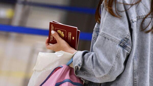 Девушка в Международном аэропорту Кольцово в Екатеринбурге