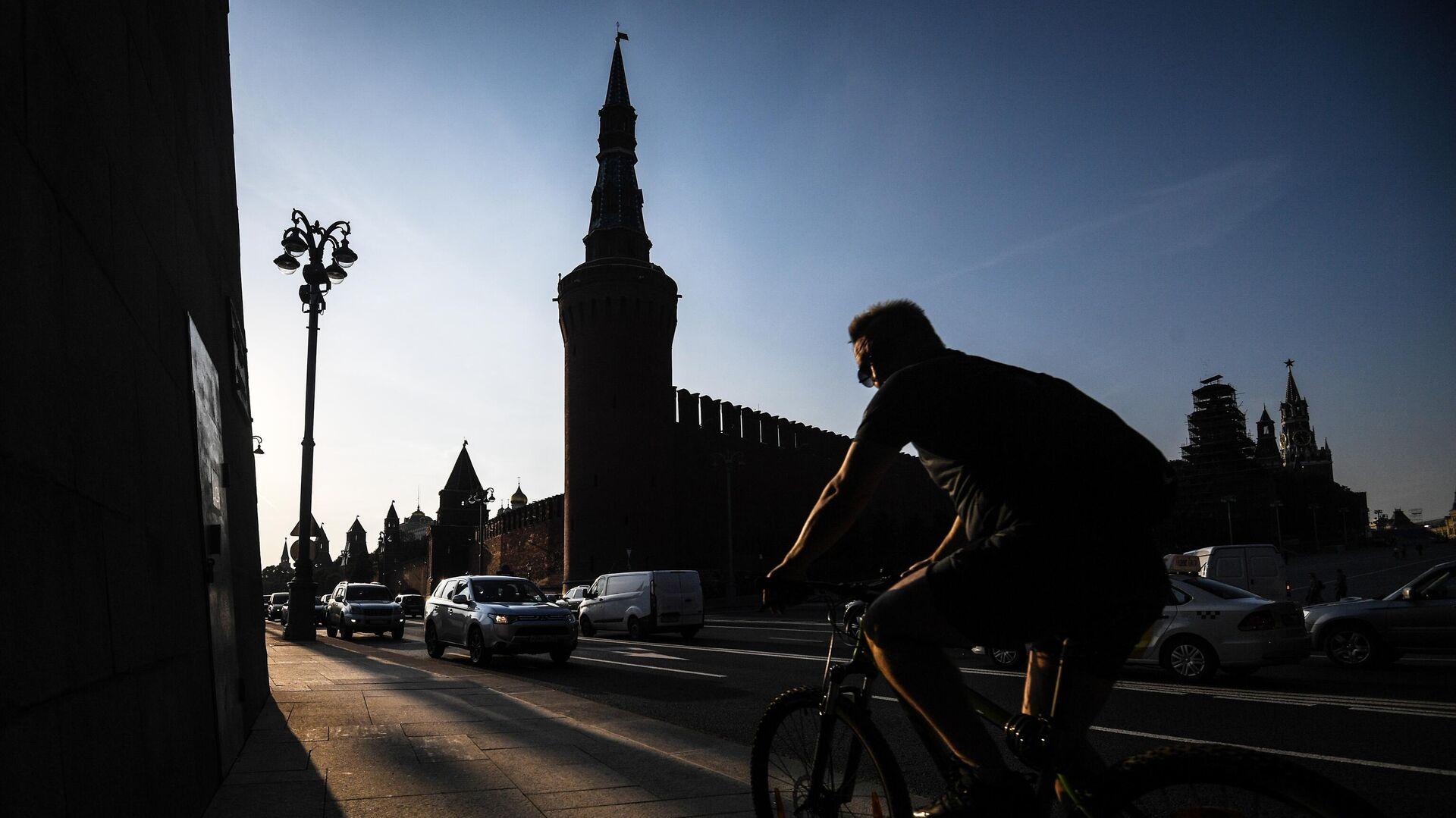 Велосипедист на фоне кремля в Москве - РИА Новости, 1920, 23.06.2021