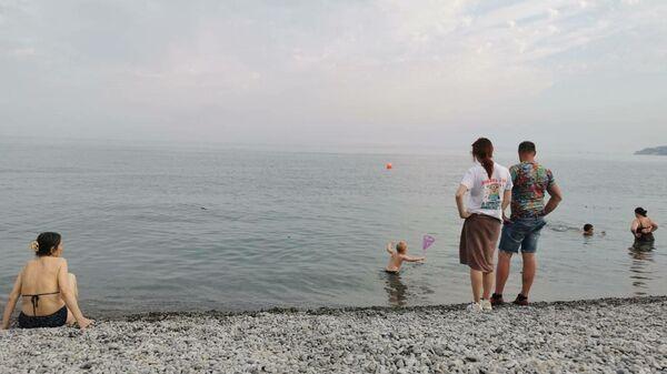 Отдыхающие в Ялте купаются в море, несмотря на запрет после наводнения