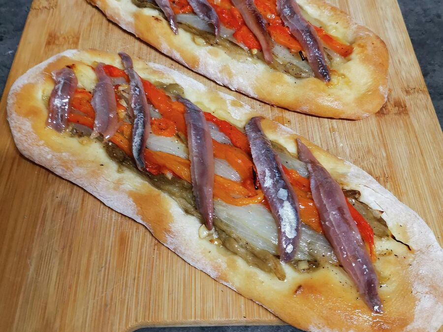 Эскаливада де кока с анчоусами, домашняя версия каталонской пиццы