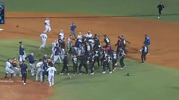 Драка во время бейсбольного матча