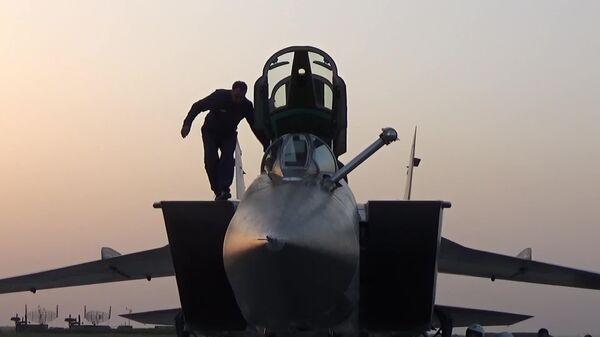Истребитель-перехватчик МиГ-31К с гиперзвуковыми ракетами Кинжал перед вылетом в Сирию