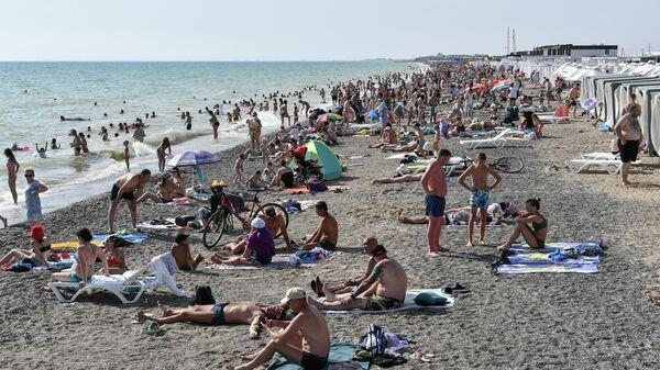 Отдыхающие на пляже в поселке Новофедоровка в Крыму
