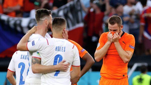 Футболисты сборной Чехии радуются забитому мячу Томаша Голеша