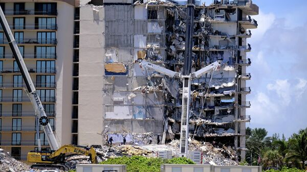 Поисково-спасательные работы на месте обрушения здания в городе Серфсайд под Майами, штат Флорида, США