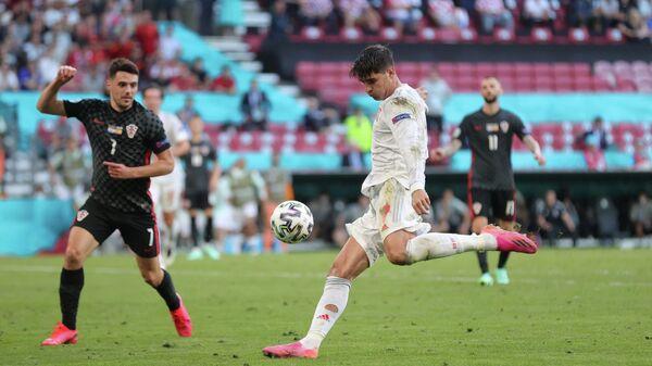 Альваро Мората забивает гол в ворота сборной Хорватии.