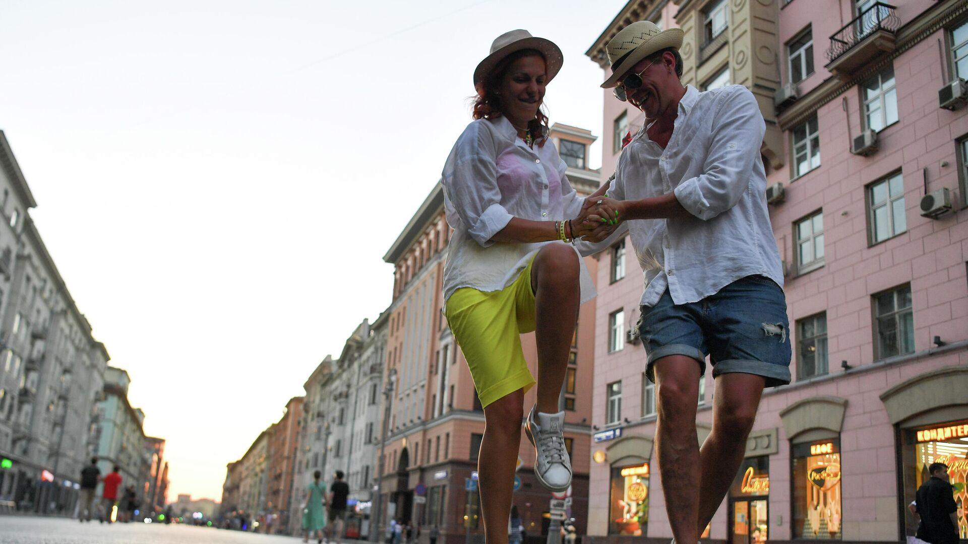 Пара танцует в центре Москвы - РИА Новости, 1920, 01.07.2021