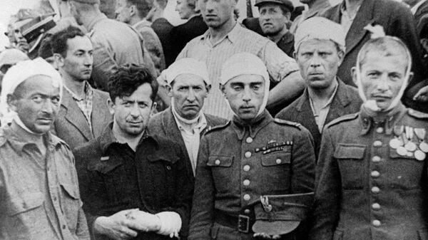 Евреи, раненые во время погрома в Кельце, во время похорон